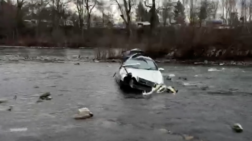 Police: Man crashes into the Rogue River, arrested on DUII