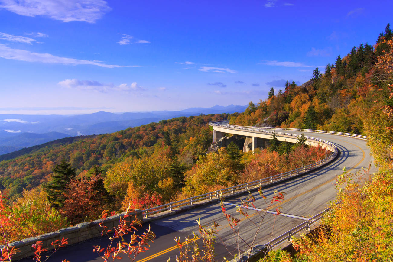 Blue Ridge Parkway offers a winding, scenic drive that is 469-miles-long, ranging from Virginia through North Carolina. / Image courtesy of Explore Asheville // Published: 12.29.18