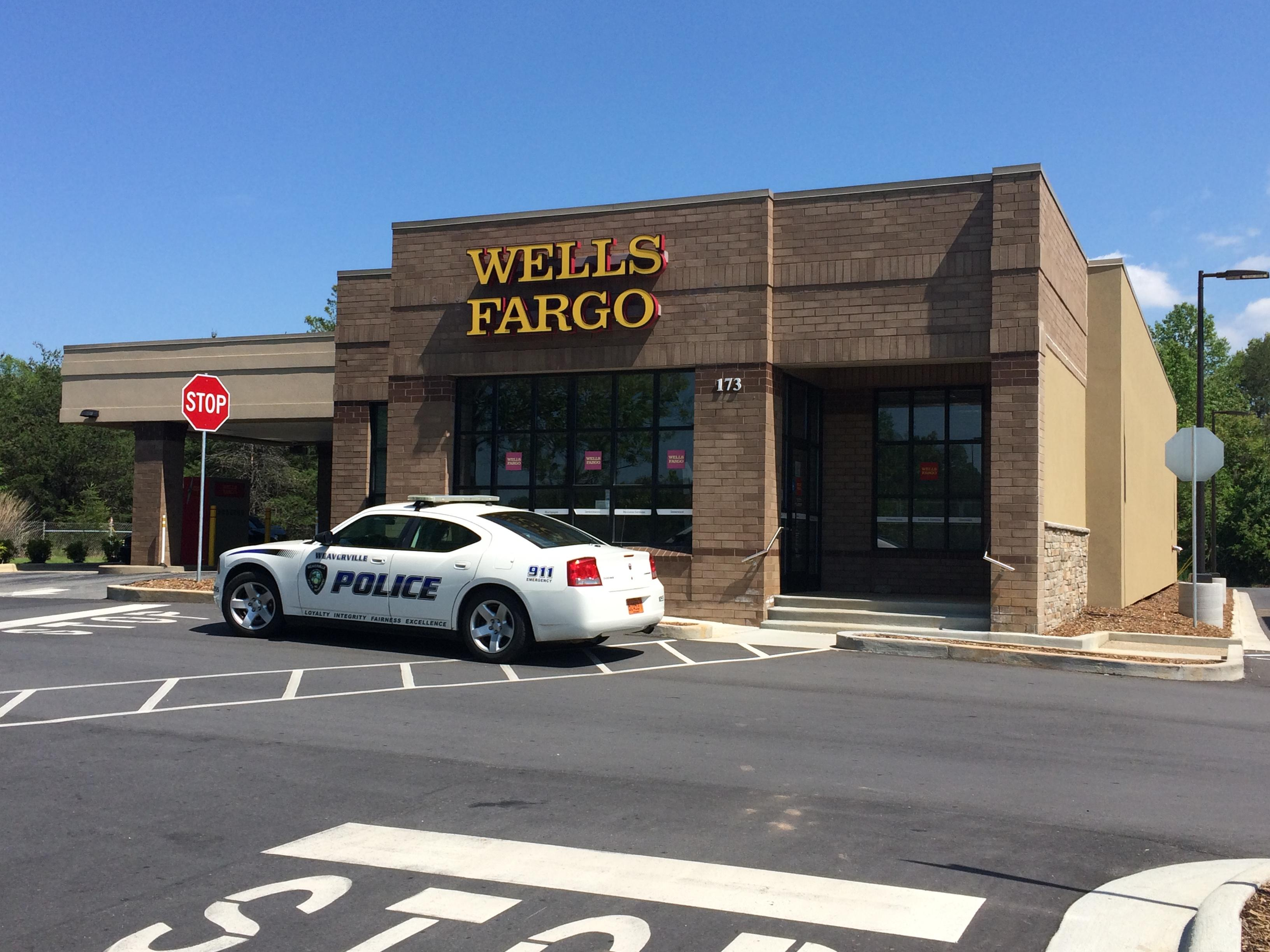 Police respond to a robbery at the Wells Fargo in Weaverville on Tuesday. (Photo credit: WLOS Staff)