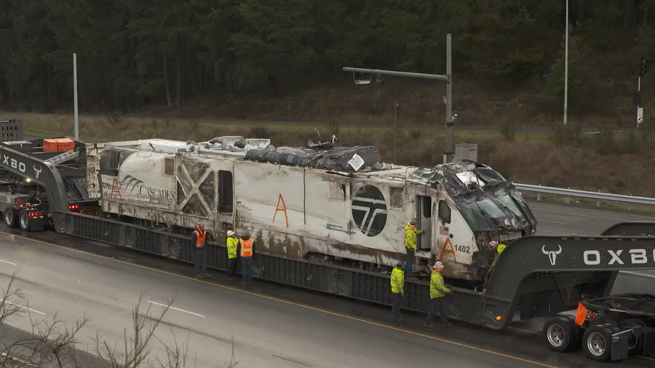 Crews work to remove a damaged Amtrak train on Dec. 20, 2017 (Photo: KOMO News)