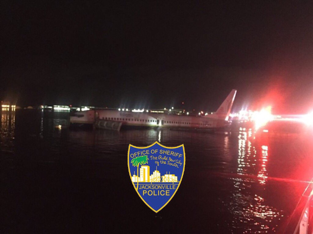 Commercial plane went into St. Johns River (Jacksonville Sheriff's Office)
