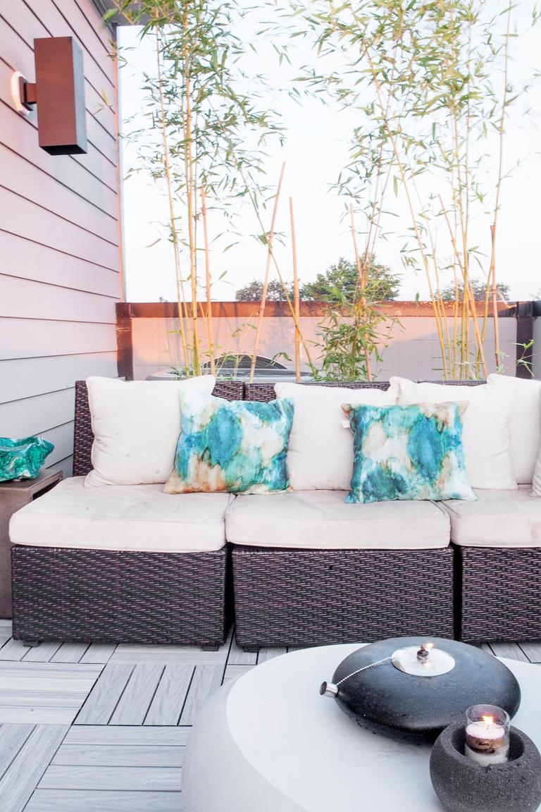 Sometimes a little space to retreat is exactly what the doctor ordered. Ashley is teaching you how to create the perfect outdoor urban retreat in six easy steps.See the full post here: http://bit.ly/2CKKmoB (Image: Ashley Hafstead)